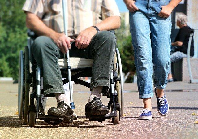 rolstoel duwen of geduwd worden